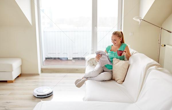 Boldog nő robot porszívó otthon emberek Stock fotó © dolgachov