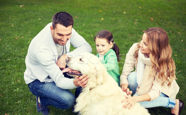 Gelukkig gezin labrador retriever hond park familie huisdier Stockfoto © dolgachov