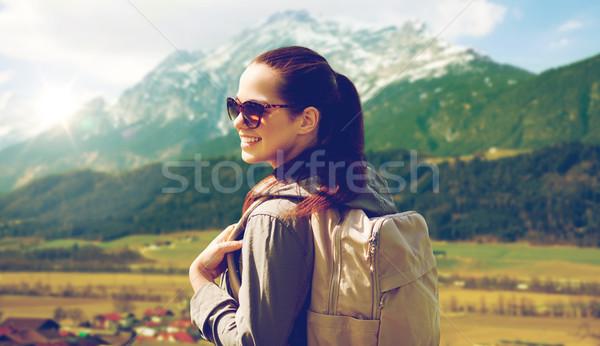 Feliz mujer mochila tierras altas viaje Foto stock © dolgachov
