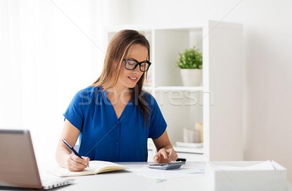 Mulher calculadora caderno escritório pessoas de negócios escrituração Foto stock © dolgachov