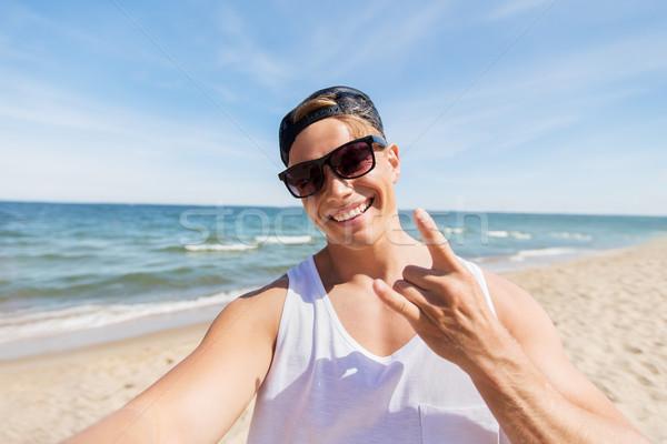 Hombre gafas de sol toma verano playa vacaciones Foto stock © dolgachov