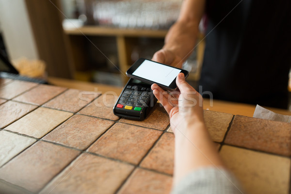 Hände Bezahlung Smartphone bar modernen Technologie Stock foto © dolgachov