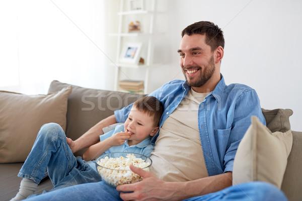 Vader zoon popcorn kijken tv home familie Stockfoto © dolgachov