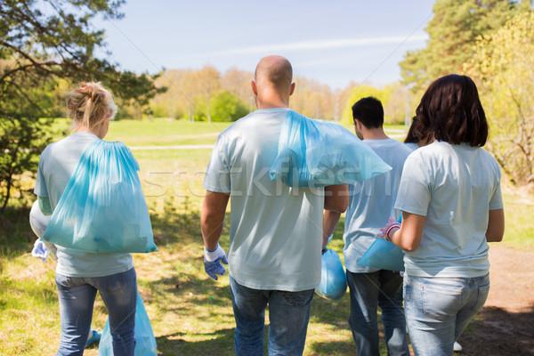 Grupo voluntarios basura bolsas parque voluntariado Foto stock © dolgachov