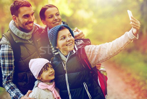 семьи смартфон лесу путешествия туризма Сток-фото © dolgachov