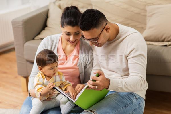 Szczęśliwą rodzinę baby czytania książki domu rodziny Zdjęcia stock © dolgachov