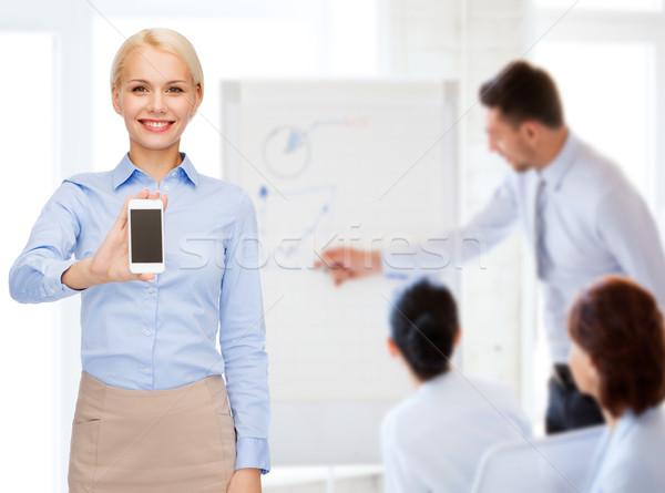 Glimlachend zakenvrouw smartphone scherm business technologie Stockfoto © dolgachov