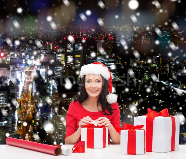 улыбающаяся женщина помощник подарки Сток-фото © dolgachov