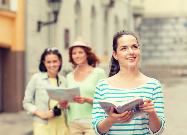 Uśmiechnięty nastolatki miasta kamery turystyki podróży Zdjęcia stock © dolgachov