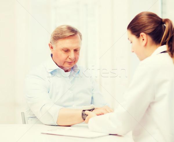 Feminino médico enfermeira pressão arterial saúde Foto stock © dolgachov