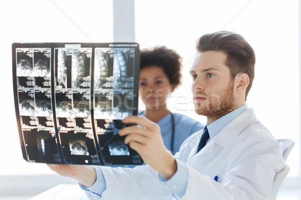 Foto d'archivio: Medico · infermiera · guardando · Xray · ospedale · radiologia