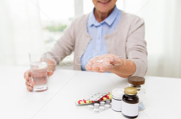 幸せ シニア 女性 水 錠剤 ホーム ストックフォト © dolgachov