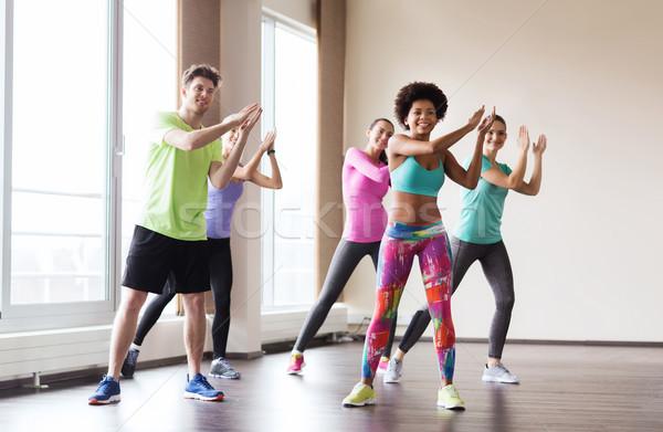 Groep glimlachend mensen dansen gymnasium studio Stockfoto © dolgachov