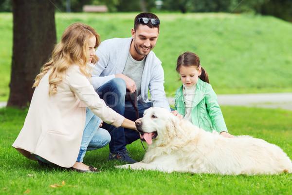 Szczęśliwą rodzinę labrador retriever psa parku rodziny domowych Zdjęcia stock © dolgachov