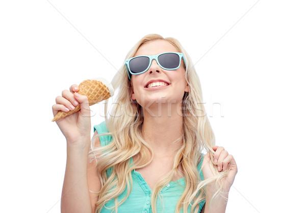 Foto stock: Feliz · mulher · jovem · óculos · de · sol · alimentação · sorvete · verão