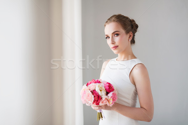 Mireasă femeie rochie de culoare alba floare afara concediu Imagine de stoc © dolgachov