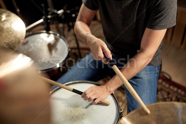 Maschio musicista giocare tamburi concerto musica Foto d'archivio © dolgachov