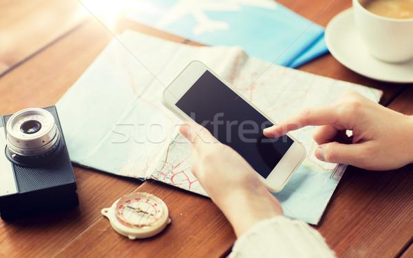 Podróżnik ręce smartphone Pokaż wakacje Zdjęcia stock © dolgachov