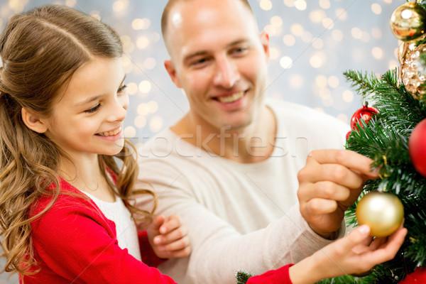 Apa lánygyermek karácsonyfa család ünnepek emberek Stock fotó © dolgachov