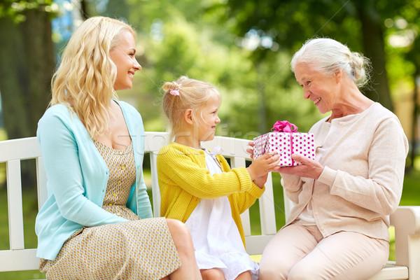 Família feliz apresentar avó parque família férias Foto stock © dolgachov