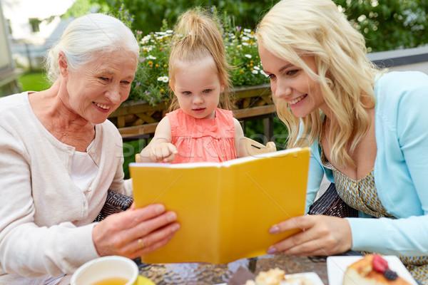 Familia feliz lectura libro Servicio terraza familia Foto stock © dolgachov