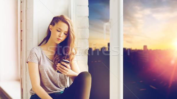 Triest mooie tienermeisje smartphone mensen Stockfoto © dolgachov
