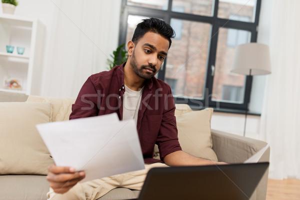 Stock fotó: Zaklatott · férfi · laptop · papírok · otthon · könyvelés