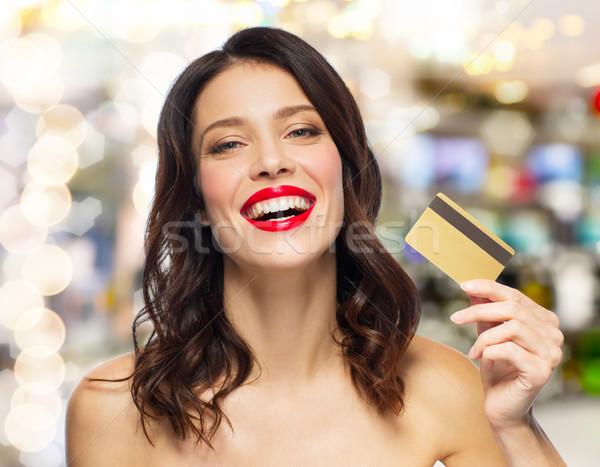 Güzel bir kadın kırmızı ruj kredi kartı alışveriş insanlar Stok fotoğraf © dolgachov