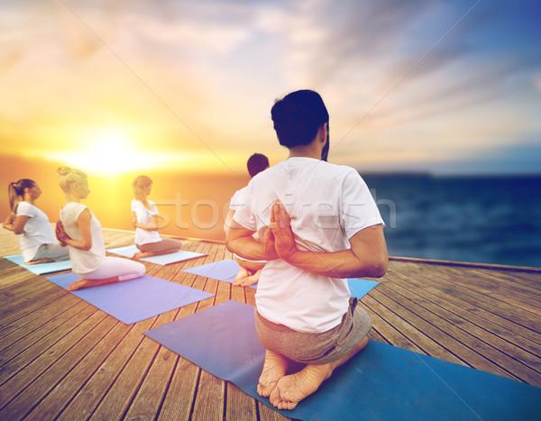 Grupy ludzi jogi odkryty fitness modlitwy Zdjęcia stock © dolgachov