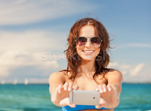Сток-фото: счастливым · улыбающаяся · женщина · телефон · камеры · фотография · женщину