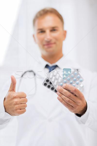 Férfi orvos tabletták egészségügy orvosi gyógyszertár mutat Stock fotó © dolgachov