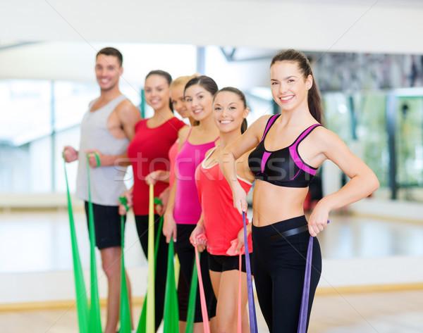 Csoportkép edz gumi fitnessz sport képzés Stock fotó © dolgachov