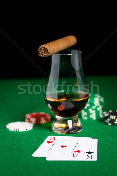 Foto stock: Chips · tarjetas · whisky · cigarro · mesa
