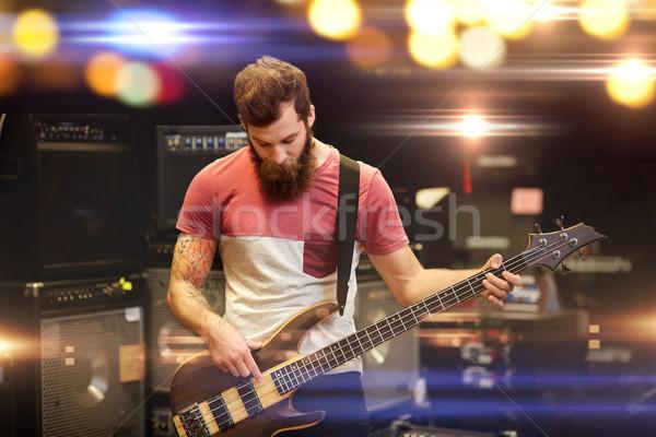 Músico cliente guitarra música armazenar pessoas Foto stock © dolgachov