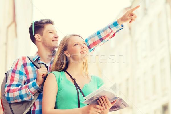 Sorridente casal cidade guiá mochila viajar Foto stock © dolgachov
