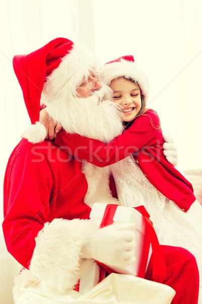 Glimlachend meisje kerstman geschenk home vakantie Stockfoto © dolgachov