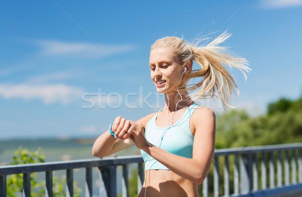 Gelukkig vrouw hartslag horloge fitness Stockfoto © dolgachov