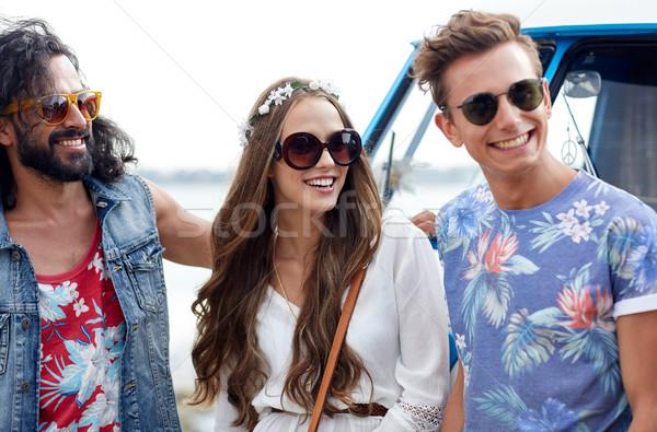 Sonriendo jóvenes hippie amigos coche Foto stock © dolgachov