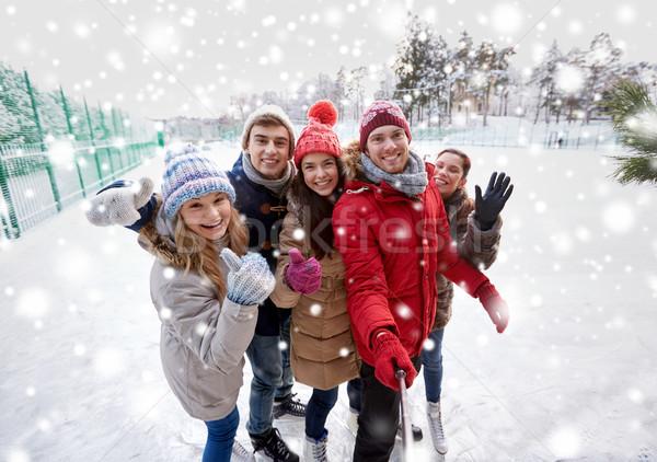 Boldog barátok okostelefon korcsolyázás pálya emberek Stock fotó © dolgachov
