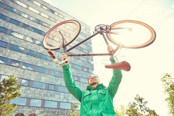 Fiatal hipszter férfi emelkedő fix viselet Stock fotó © dolgachov