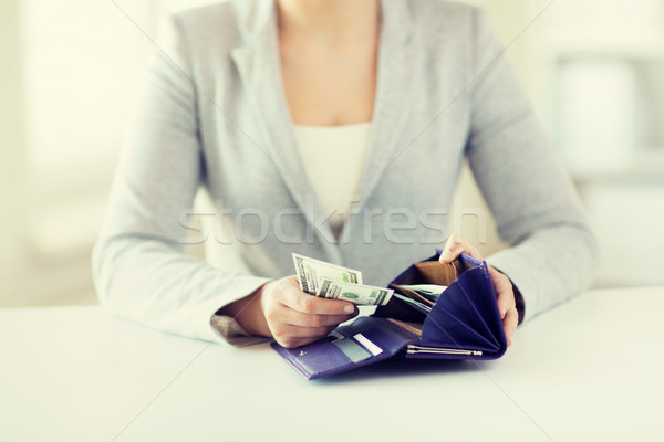 женщину рук бумажник деньги бизнеса Сток-фото © dolgachov