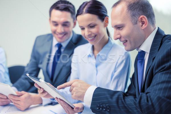 Foto stock: Equipe · de · negócios · discussão · negócio · tecnologia · escritório