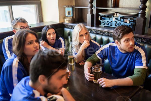 Aficionados amigos viendo fútbol deporte bar Foto stock © dolgachov