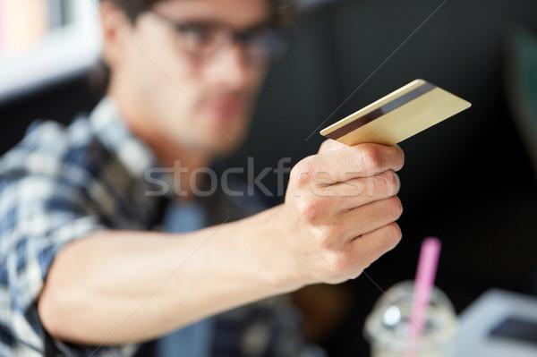 Férfi fizet hitelkártya kávézó szabadidő emberek Stock fotó © dolgachov