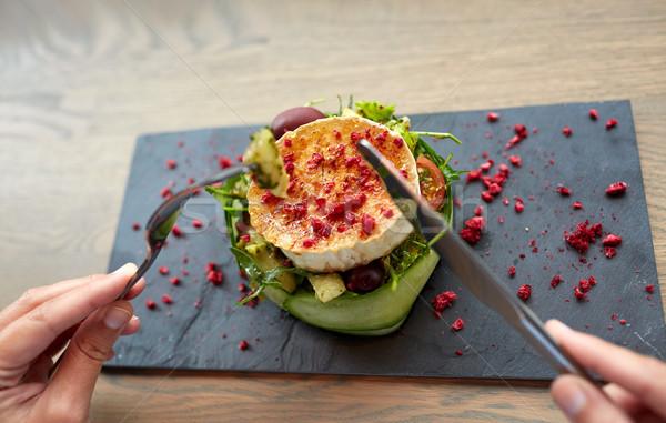 Mujer comer queso de cabra ensalada restaurante de comida culinario Foto stock © dolgachov