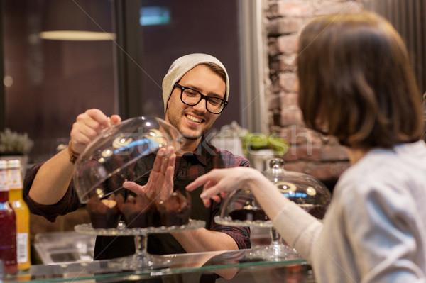 男 バーテンダー ケーキ 顧客 カフェ ストックフォト © dolgachov