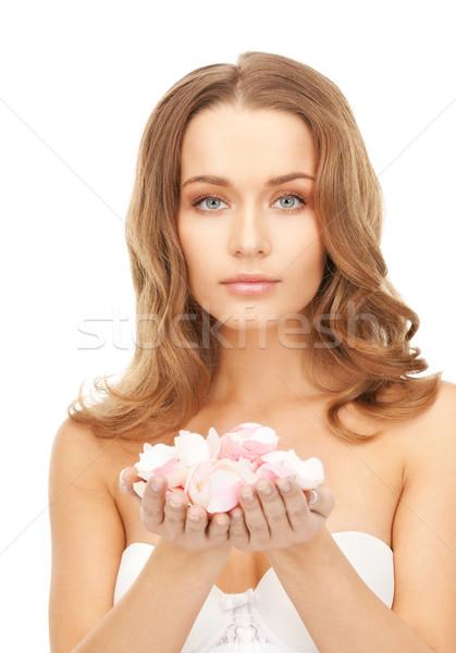 Mooie vrouw rozenblaadjes foto vrouw meisje steeg Stockfoto © dolgachov