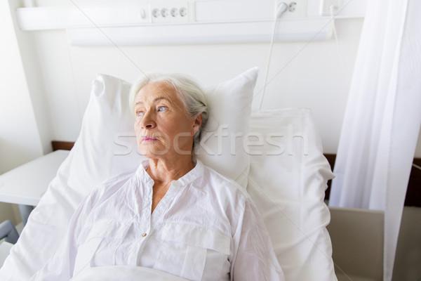 Triste supérieurs femme lit hôpital médecine Photo stock © dolgachov