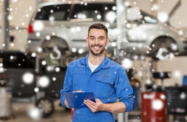 Szczęśliwy mechanik człowiek schowek samochodu warsztaty Zdjęcia stock © dolgachov