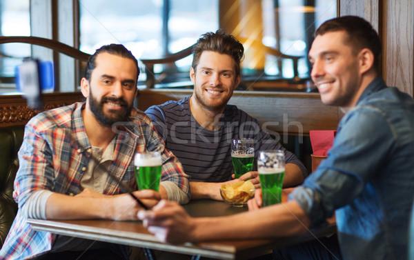 Amigos toma verde cerveza pub día de san patricio Foto stock © dolgachov
